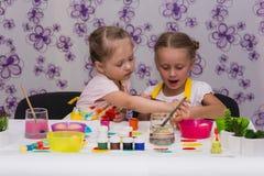 女孩为复活节假日,颜色鸡蛋做准备 免版税图库摄影