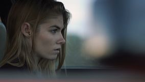 女孩为驾驶汽车,一个行家的模型汽车的,忧郁是哀伤的 影视素材