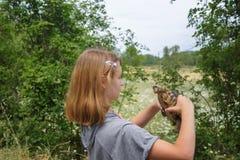 女孩举行乌龟 免版税图库摄影