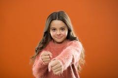 女孩举行拳头准备好攻击或保卫 坚强女孩的孩子逗人喜爱,但是 孩子的自卫 保卫无罪 怎么教 免版税库存照片