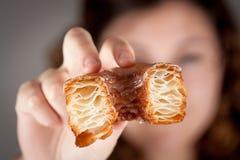 女孩举行的新月形面包和多福饼混合物 图库摄影