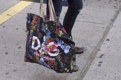 女孩举行Dolce的和Gabbana请求 免版税库存图片