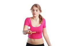 女孩乒乓切换技术球拍 免版税库存图片
