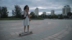 女孩乘坐longboard 股票视频