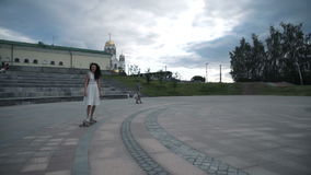 女孩乘坐longboard 影视素材