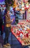 女孩买的礼物在圣诞节市场上在布加勒斯特 库存图片