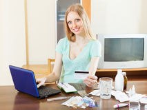 女孩买的药物在网上与膝上型计算机 库存照片