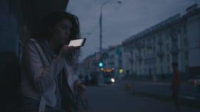 女孩事假声音消息在晚上 慢的行动 股票视频