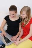 女孩互联网驾驶少年 免版税图库摄影
