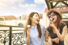 女孩享受冰淇凌和暑假 免版税库存图片