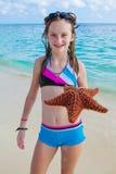 女孩享受夏日在热带海滩 免版税库存照片