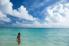 女孩享受夏日在热带海滩 图库摄影