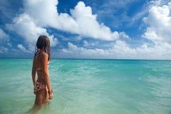 女孩享受夏日在热带海滩 库存图片
