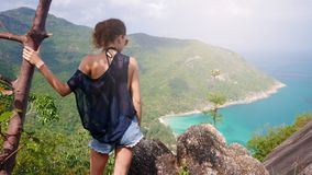 女孩享受海岛的美丽如画的看法在高度 库存照片