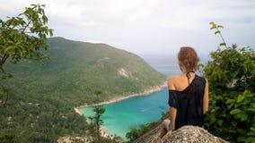 女孩享受海岛的美丽如画的看法在高度 免版税库存图片