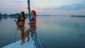 女孩享受游艇的美丽的景色 股票录像