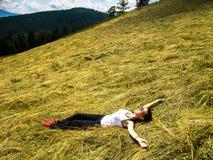 女孩享受自然秀丽  免版税库存图片