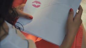女孩亲吻与笔记的一张纸 股票录像