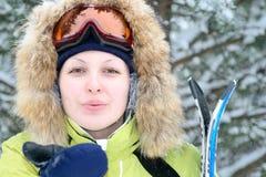 女孩亲吻滑雪者 免版税库存图片