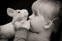 女孩亲吻玩具熊 库存照片