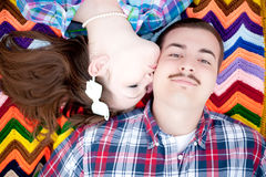 女孩亲吻男孩 免版税库存照片