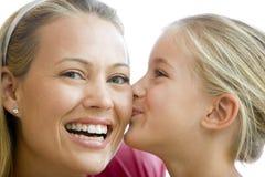 女孩亲吻的微笑的妇女年轻人 库存照片