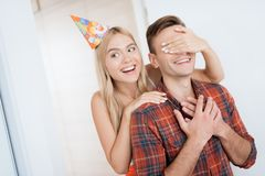 女孩人惊奇为生日做准备 她用人工闭上了他的眼睛 库存照片