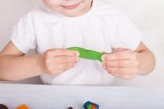 女孩从彩色塑泥铸造 库存照片