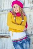 女孩以秋天穿戴的黄色 库存图片