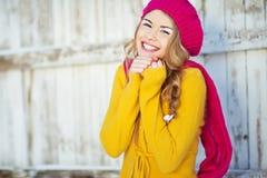 女孩以秋天穿戴的黄色 库存照片