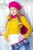 女孩以秋天穿戴的黄色 免版税图库摄影