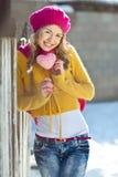 女孩以秋天穿戴的黄色 免版税库存照片