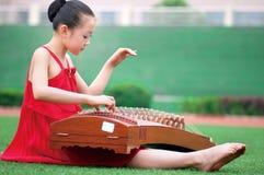 女孩仪器音乐使用 免版税图库摄影