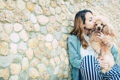 女孩休息与在户外的一条狗 库存照片