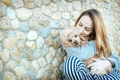 女孩休息与在户外的一条狗 图库摄影
