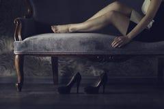 女孩休息的沙发 免版税库存图片