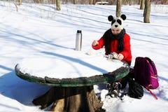 女孩休息,当旅行在冬天风景时 图库摄影