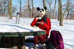 女孩休息,当旅行在冬天风景时 免版税图库摄影