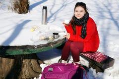 女孩休息,当旅行在冬天风景时 免版税库存图片