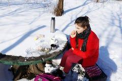 女孩休息,当旅行在冬天风景时 库存照片