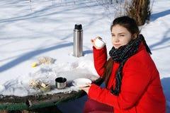 女孩休息,当旅行在冬天风景时 库存图片