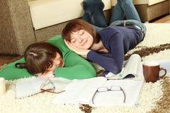 女孩休眠学员研究疲倦对年轻人 库存照片