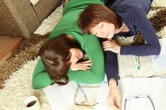 女孩休眠学员研究疲倦对年轻人 免版税库存照片
