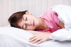 女孩休眠少年 免版税库存照片