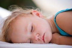 女孩休眠的小孩 免版税库存图片