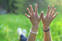 女孩伸她的手 免版税库存照片