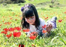 女孩位于的草甸 图库摄影
