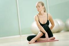 女孩体操膝上型计算机坐体育运动 免版税库存照片