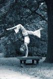 女孩体操运动员公园 免版税图库摄影