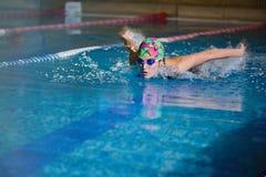 女孩体育蝴蝶游泳画象  免版税库存图片
